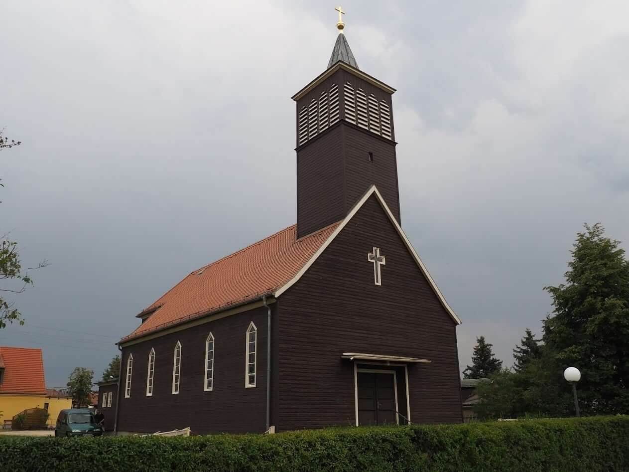 Nejen rodinné domy, ale i kostel. Stavby ze SIP panelů jsou v perfektním stavu i po více než sto letech (Niesky, Německo)